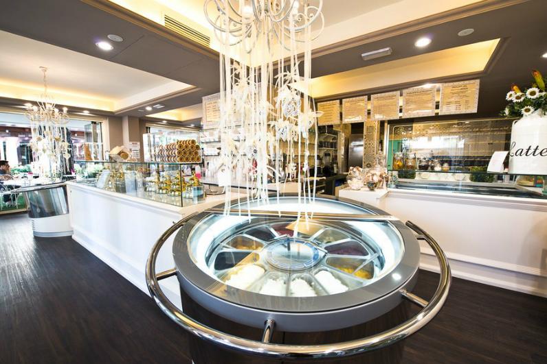 Bar moderno laccato lucido con vetrina gelato espositiva curva